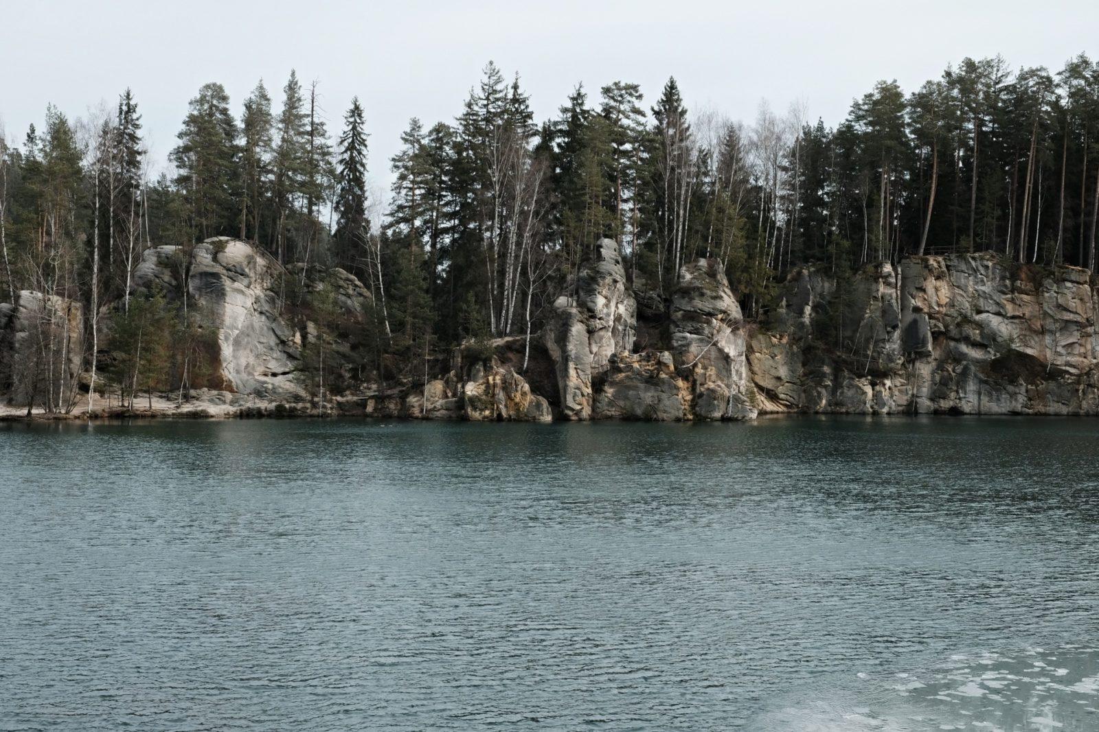Adršpach, Skalne Miasto w Czechach, zalany kamieniołom, góry adrszpaskie